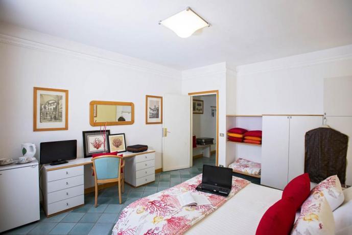 Camera con scrivania tv a Castiglione della Pescaia