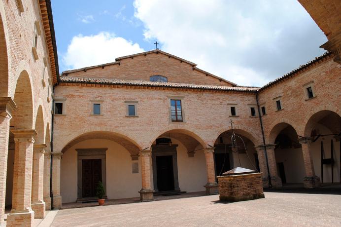 Dormire e visitare Basilica di Sant'Ubaldo a Gubbio