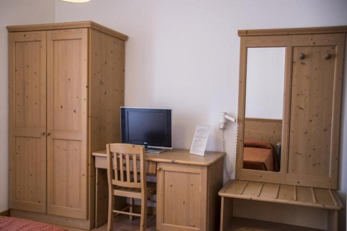 Camera Miramonti armadio e tv hotel3stelle Lavarone-Trento