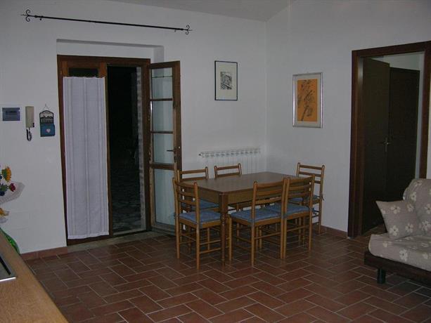 Soggiorno con angolo cucina tavolo villa Umbra