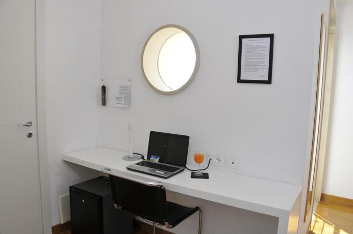 Camere eleganti e moderne con servizi