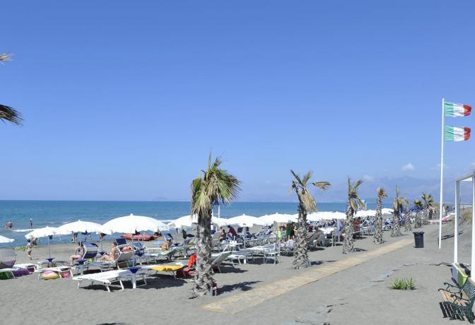 Resort fronte spiaggia Baia Domizia con animazione