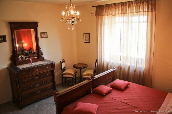 Camera con mobili d'epoca