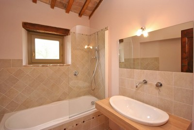 Vasca da bagno con doccia villa alta valle del tevere - Bagno piccolo con doccia ...