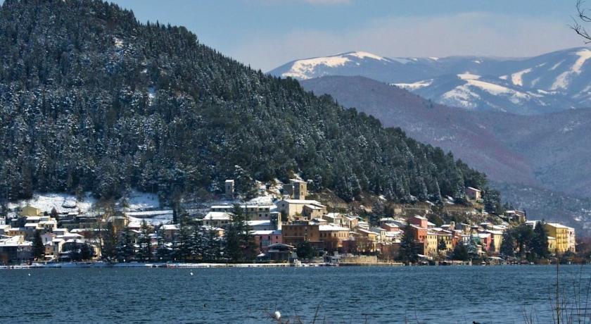 Lago di Piediluco e paese in inverno