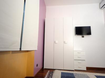 Mosca con armadio a 3 ante e TV