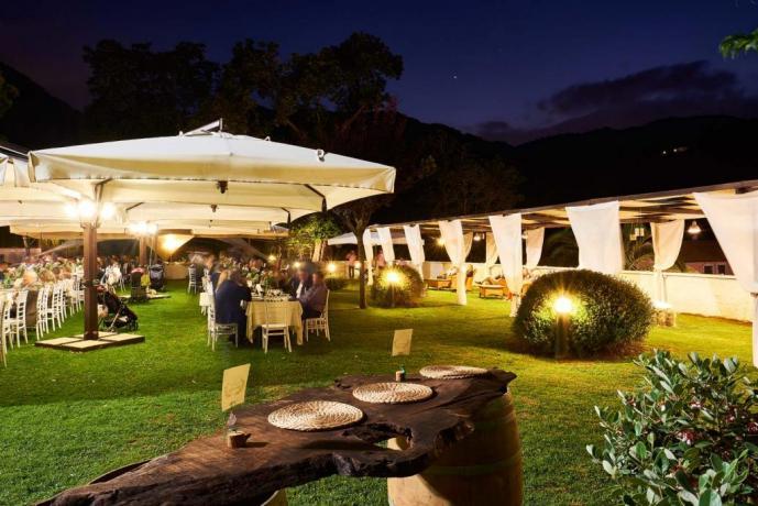 Residence per ricevimenti con tavoli in giardino