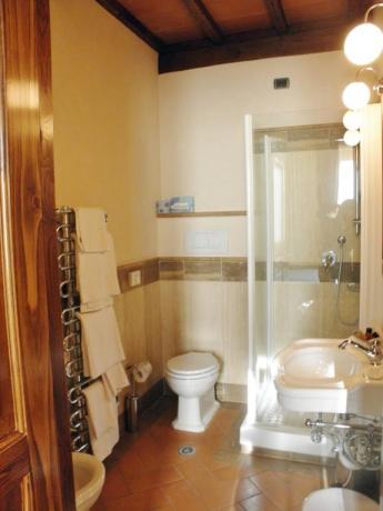Albergo a Pozzuolo, camere bagno con doccia