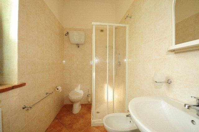 Bagni privati in appartamento con box doccia