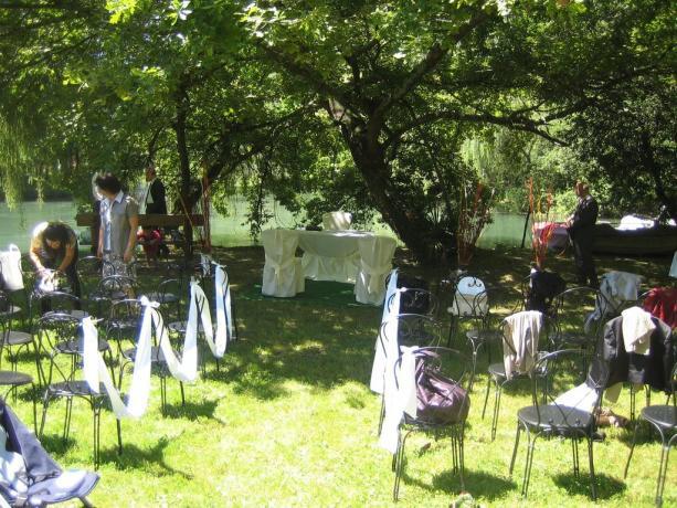 Preparazione matrimonio nel giardino dell'hotel a Rivignano