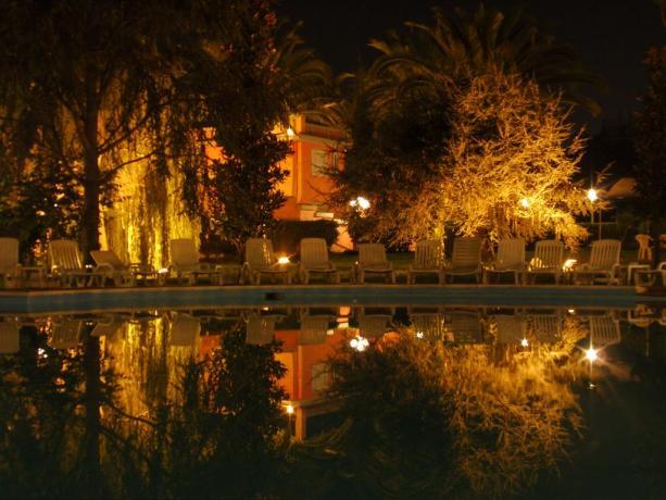 Piscina con solarium hotel porto Anzio