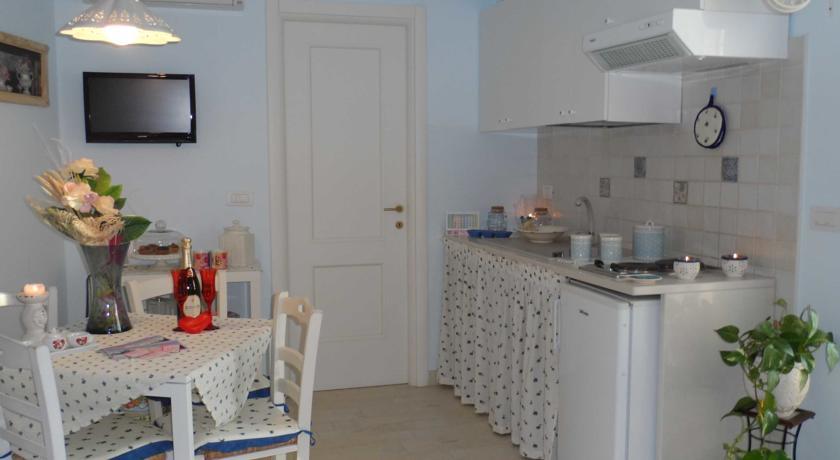Camera Rosa Blu angolo cottura e zona pranzo
