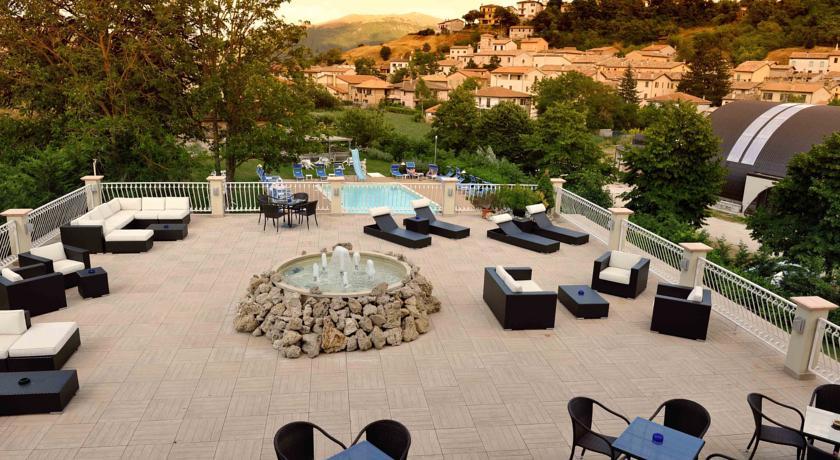 Hotel con piscina e solarium vicino Foligno