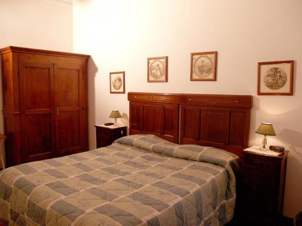 Camera matrimoniale stile rustico B&B nel Lazio