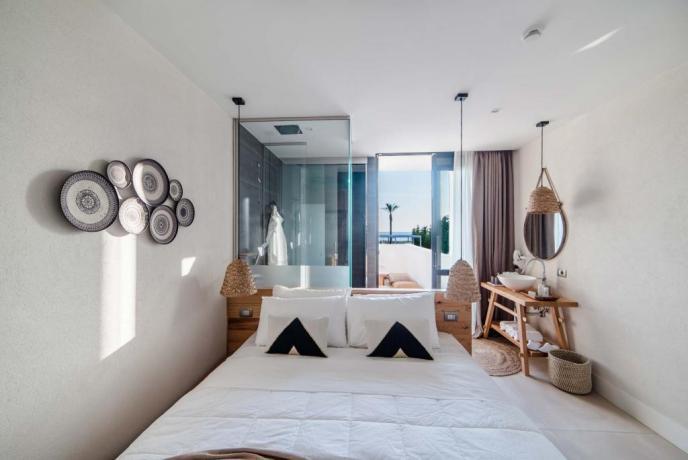 Camera con balcone e doccia a vista Baia-Domizia