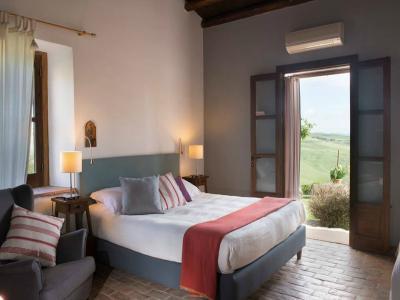 Camera Matrimoniale splendida vista campagna Masseria4stelle Valledolmo
