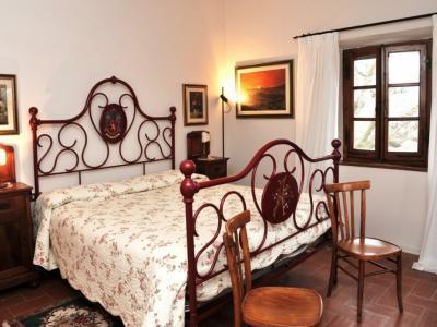 Camera con letto in ferro battuto