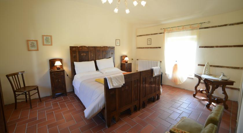 Camera da letto con pavimento in mattoni