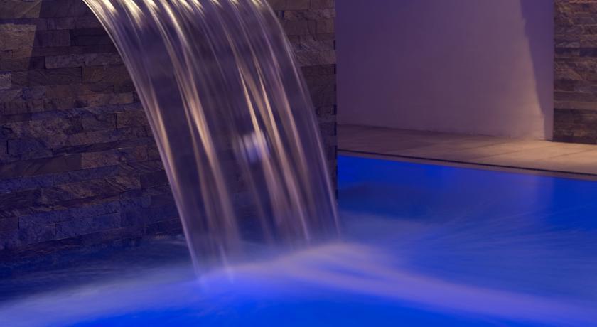 Piscina interna con cascata