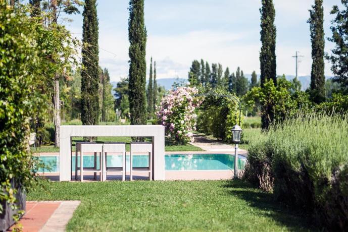 Bellissimo giardino e spazi esterni curati con piscna