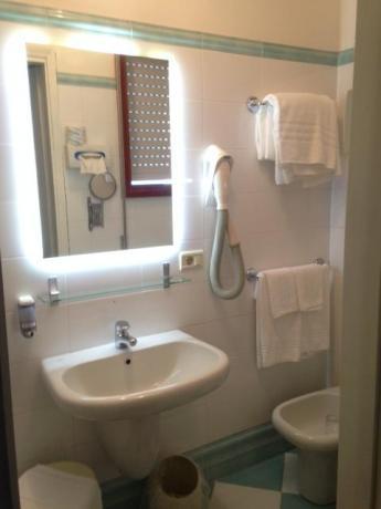 Bagno privato in camera hotel a Bibione