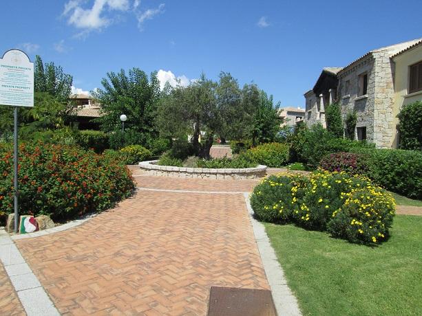 appartamenti-2-4-persone-portosanpaolo-costasmeralda-sardegna-giardino-cucina