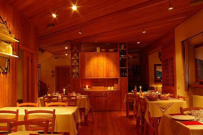 Sala ristorante agriturismo Parco Adamello Brenta a Giustino