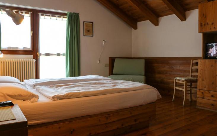 Camera matrimoniale agriturismo vicino Pinzolo