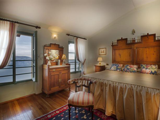 Suite con mobili d'epoca e vista lago Garda