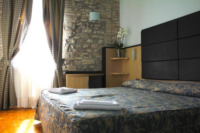 Camera matrimoniale hotel 3stelle con asciugamani Assisi