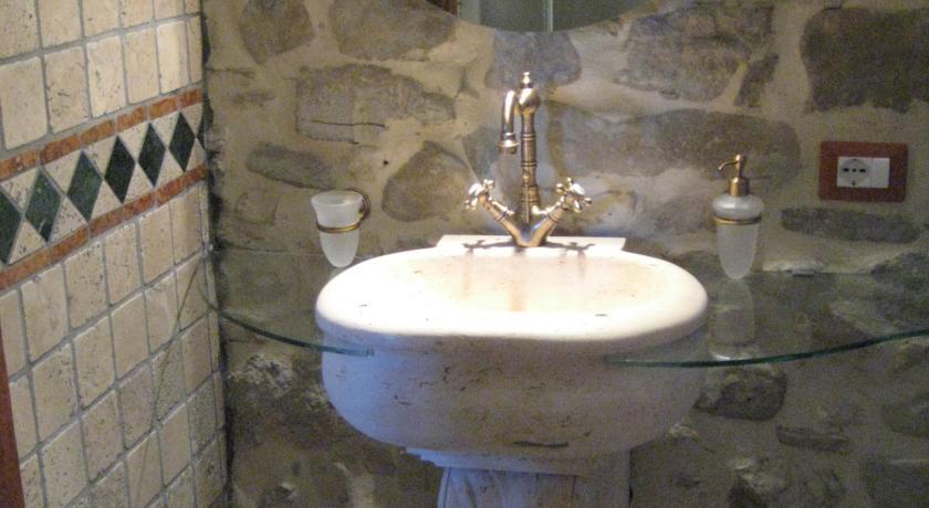 Particolare bagno parete in pietra