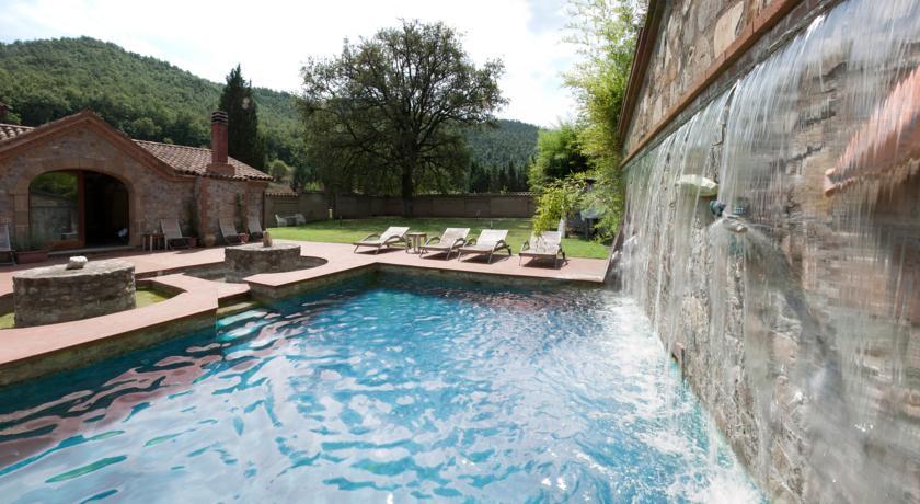 piscina con cascata a massaggio