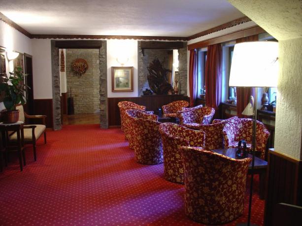 Soggiorno hotel L&M con divani e tavoli