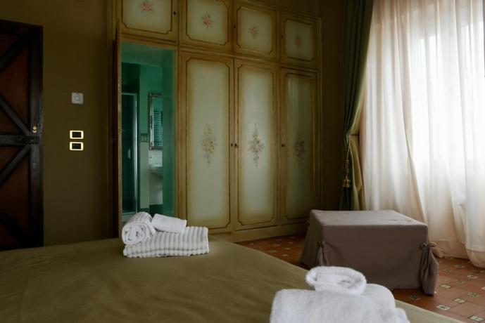 Camera matrimoniale con armadio raffinato