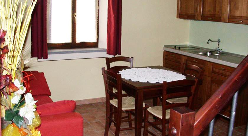 Salone con cucina e vista appartamento a Montecarrotto