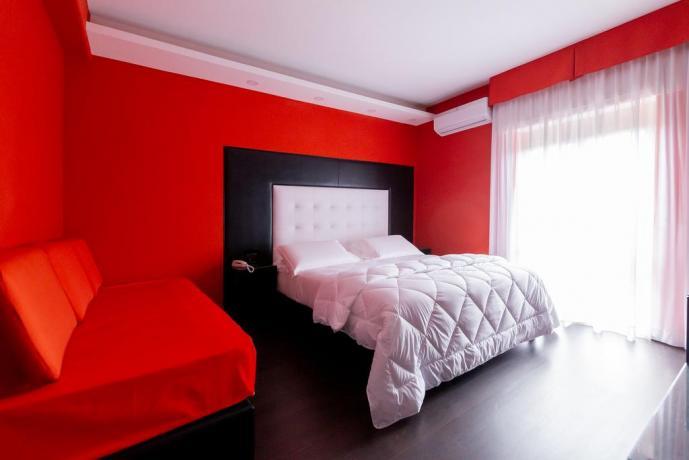 Camera matrimoniale con divano letto per 3persone Casapulla