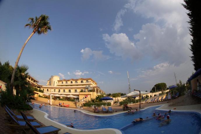 Piscina esterna hotel in Calabria