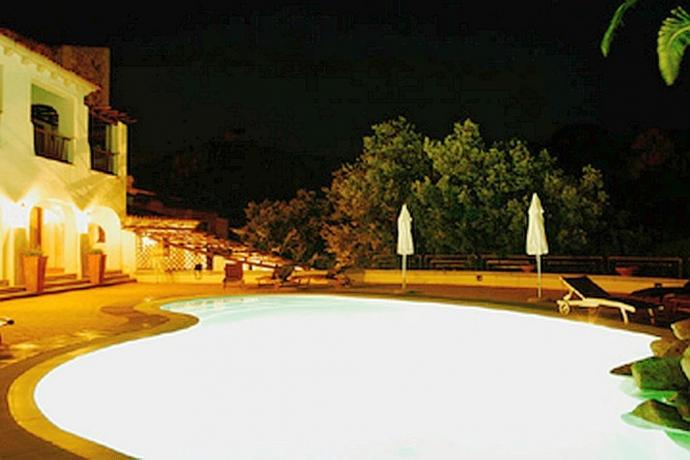 Vista piscina in notturna hotel ad Arzachena