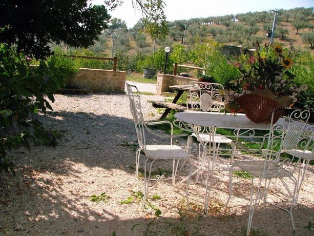 cortile esterno con sedie e tavoli a Bevagna