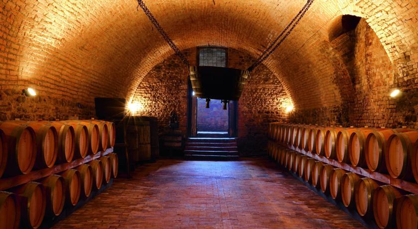 La cantina con le botti di vino