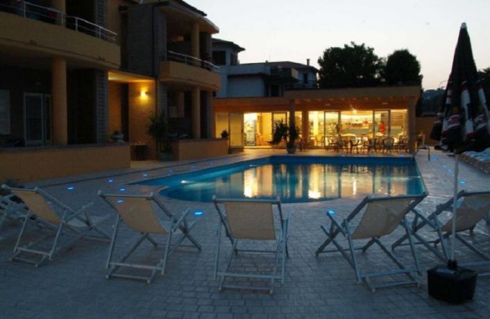 Residence di notte con piscina, Conero, Numana