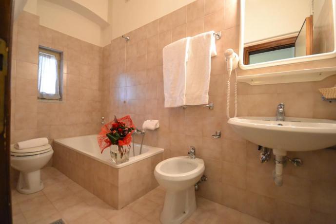 Bagno privato con vasca hotel 3stelle Assisi