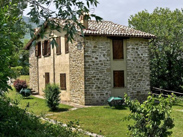 Casali immersi nel verde vicino Assisi
