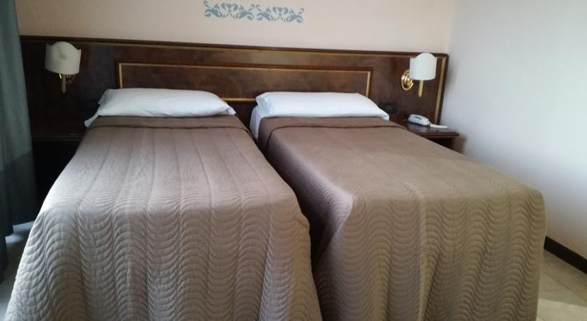 Camera doppia con due letti singoli vicino Pomezia