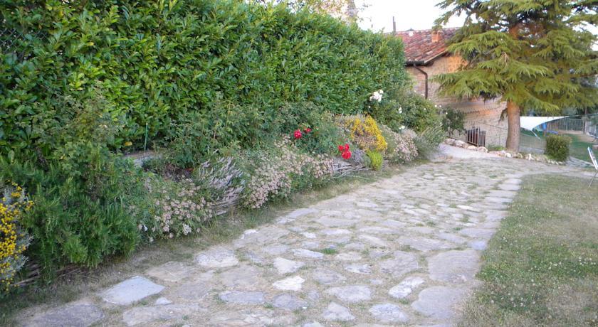 Vialetto esterno con giardino fiorito