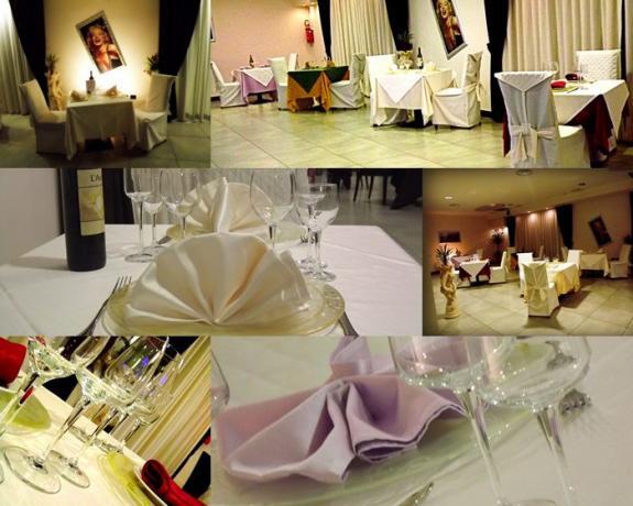 Dettaglio dei tavoli apparecchiati del ristorante