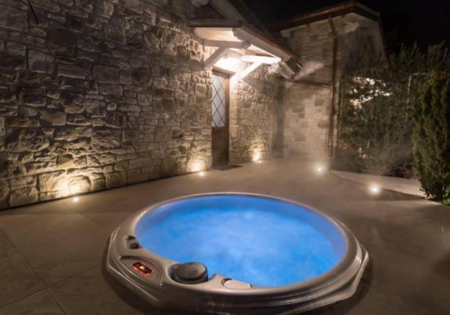 Vasca Idromassaggio SPA con acqua riscaldata e cromoterapia