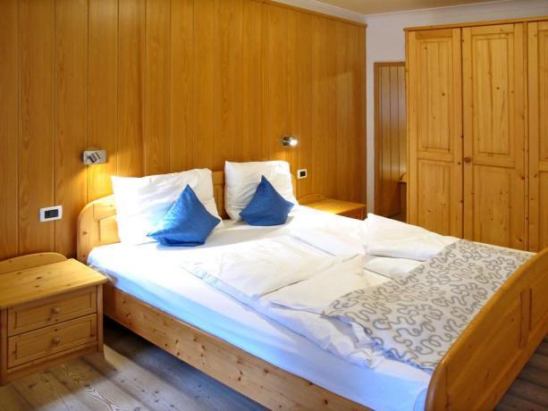 Camera matrimoniale con arredi in legno a S.Vigilio
