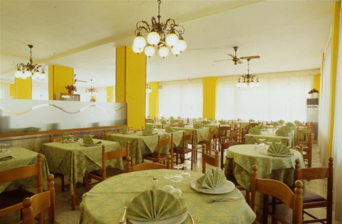 Ampio ristorante per banchetti