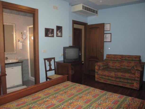 Camera matrimoniale con bagno albergo ad Ariis
